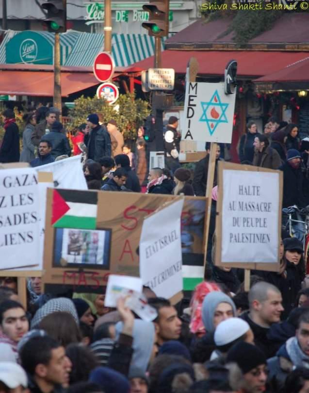 Les slogans dénoncent aussi les médias que les manifestants considèrent comme partisans d'Israël