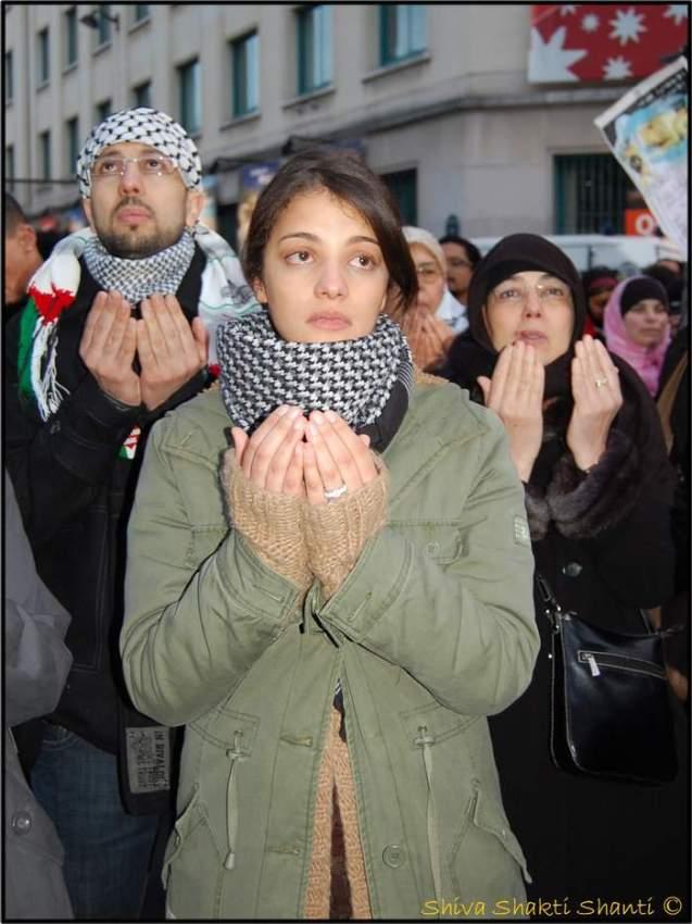 Lorsqu'à la fin de la manifestation les participants ont prié dans une atmosphère lourde d'émotion