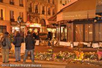 Offrandes en hommage aux victimes du terrorisme devant La Bonne