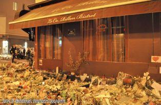 Offrandes en hommage aux victimes du terrorisme au Carillon