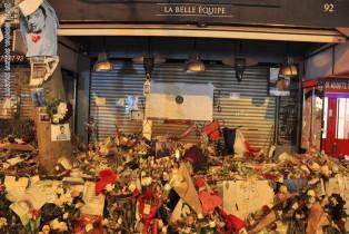 Offrandes en hommage aux victimes du terrorisme devant La Belle