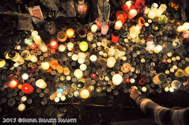 Offrandes en hommage aux victimes du terrorisme devant le Batacl